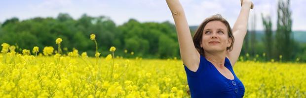 Kvinde med armene i vejret